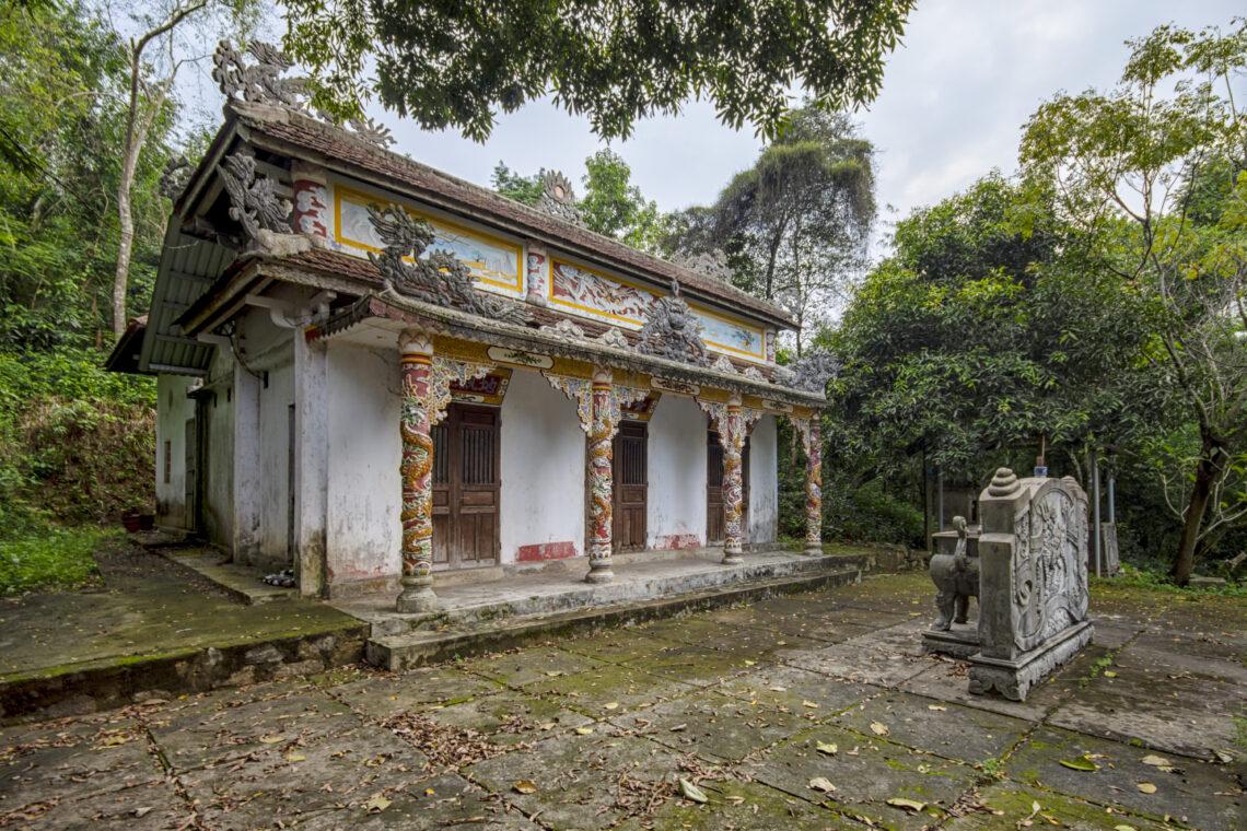 2019.772 - Hue - Roadside Temple 01.01
